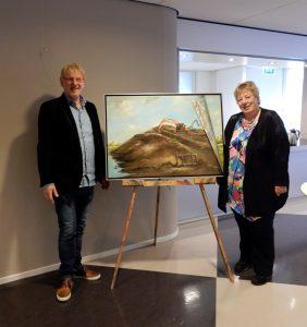 Jan Kooistra overhandigt schilderij aan Pytsje de Graaf (Large)