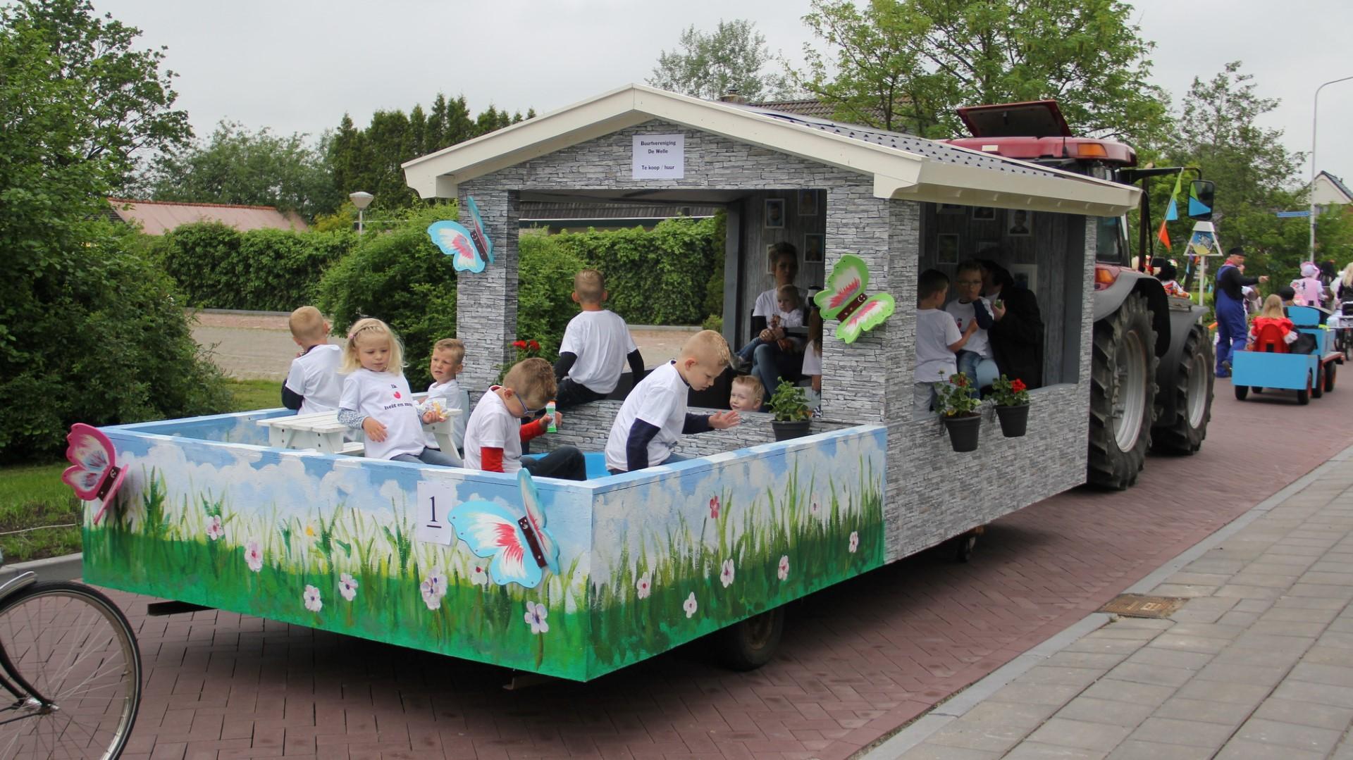 Photo of Grote optocht versierde wagens door Twijzelerheide