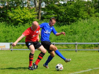 Pieter Henstra (links) probeert de bal te veroveren (Large)