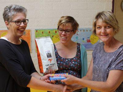 uitdelen fairtrade koffie en chocola fairtrade gemeente Kollumerland
