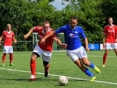 Joop Pijnacker gaat een tegenstander voorbij (Large)