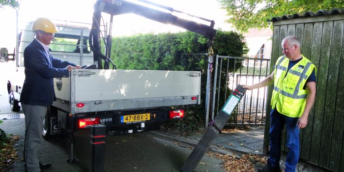 foto 2 wethouder verwijdert fietspaal