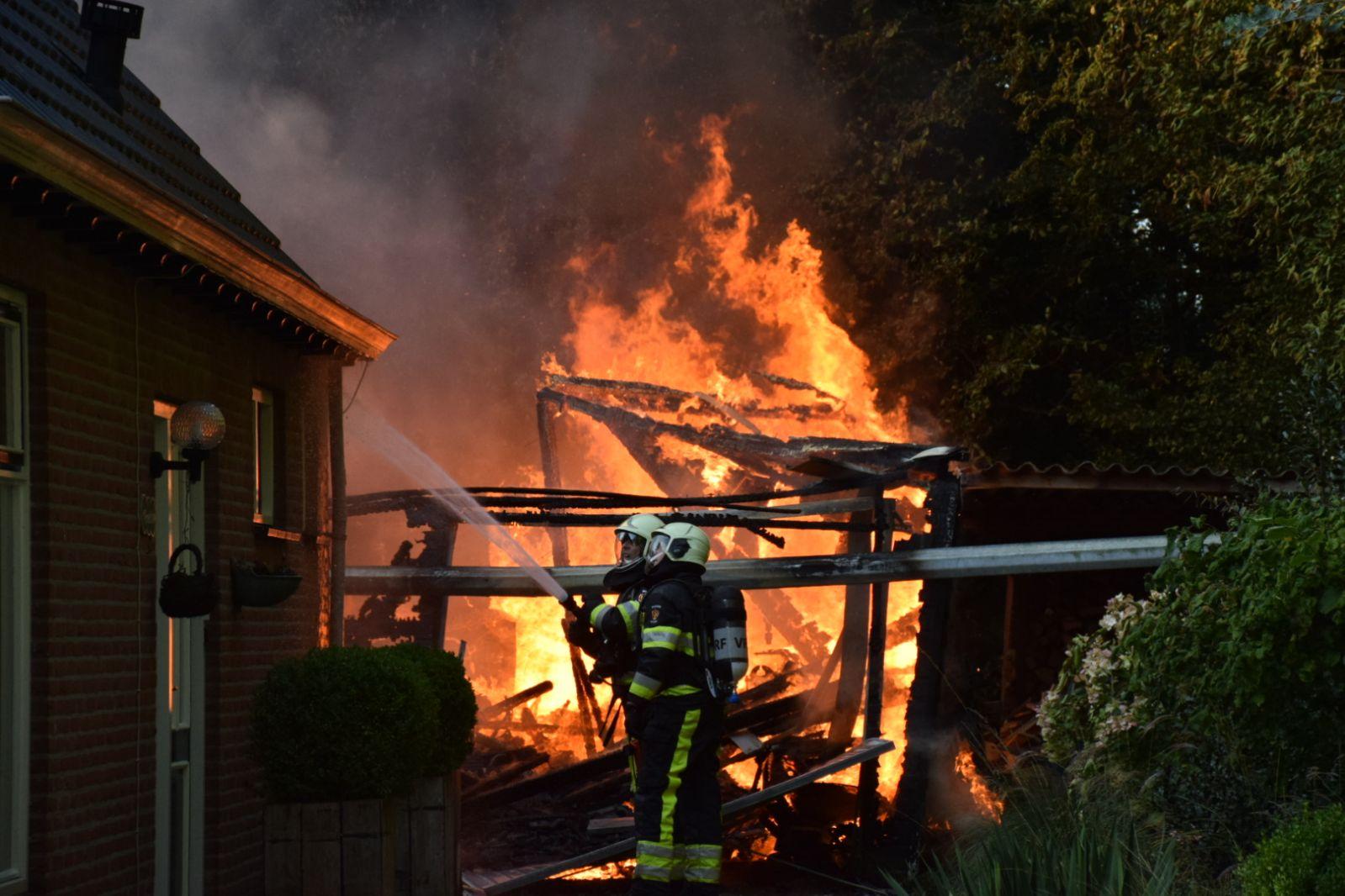 Photo of Brand verwoest schuur achter woning (video)