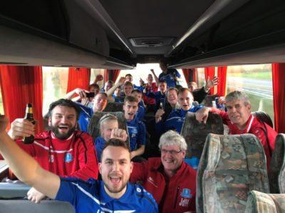 Feest in de bus op de terugreis naar Buitenpost (Large)