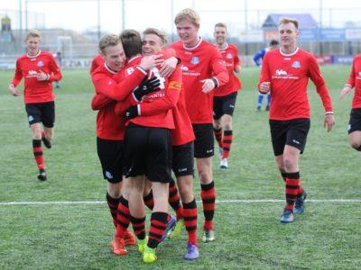 Rik Weening wordt gefeliciteerd door zijn teamgenoten