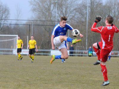 Rik Weening lobt de bal en wordt vervolgens getorpedeerd door de keeper