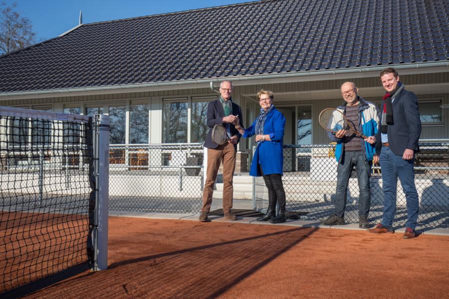 Overdracht clubgebouw aan tennisclub Harkema