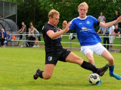 Martijn van Roeden (rechts) ontwijkt een vliegende tackle