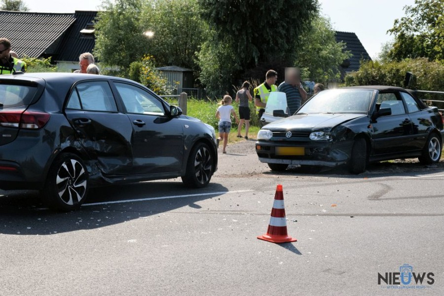 Photo of Twee auto's in botsing op Dodingawei bij Engwierum