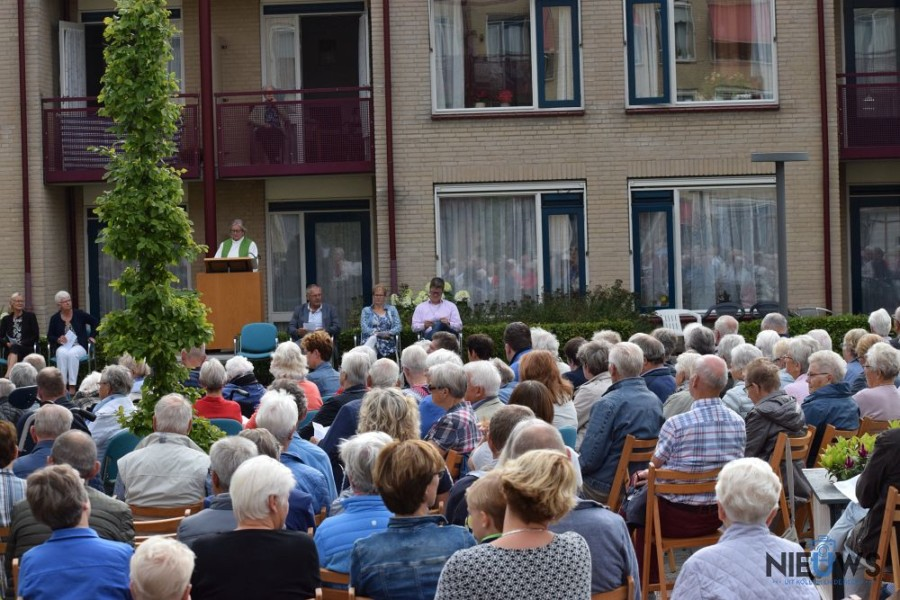 Openluchtdienst in tuin Meckama state