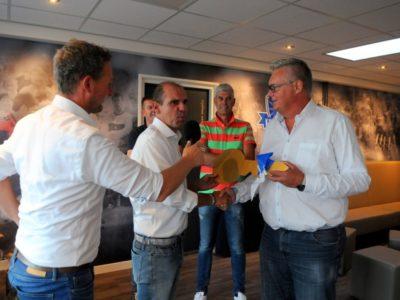 Alexander de Vries (m) overhandigd de sleutel van de kantine aan voorzitter Paul Olijve