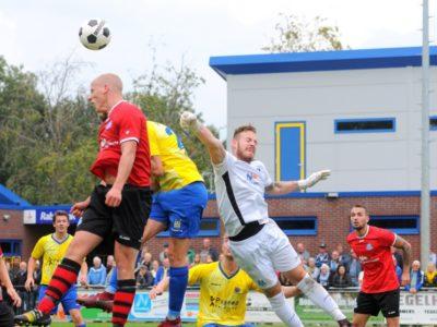 Uitblinker Kevin van der Meulen bokt de bal weg. Danny Boersma (links) en Joost Jesse Visser (rechts) kijken toe, terwijl Jelmer Vos koppend helpt in de verdediging