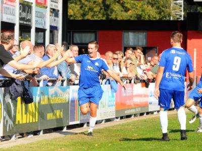 Joran Olijve viert zijn goal met de meegereisde supporters