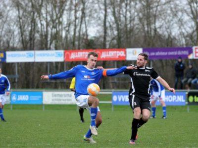 Buitenpost-aanvoerder Berend Schootstra in duel met Altenaar Max Jansen