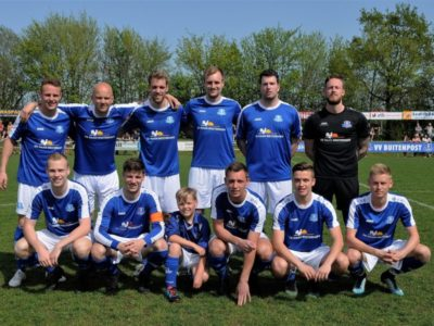 De basisspelers van Buitenpost met pupil van de week Thijs Ploegsma