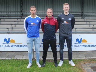 De nieuwe spelers Mark Huizinga (links) en Hessel Huisman van VV Buitenpost met in het midden de nieuwe trainer Jasper Bouma