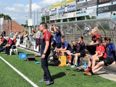 Scheidende coach René van der Weij ijsbeert langs de lijn