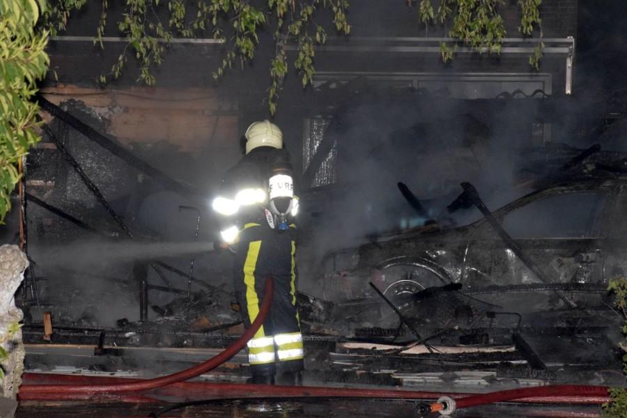 Photo of Mogelijk asbest vrijgekomen bij brand in garageboxen in Kootstertille