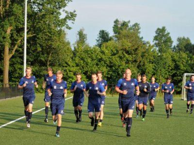 De selectie van Buitenpost is in training voor het duel tegen Heerenveen