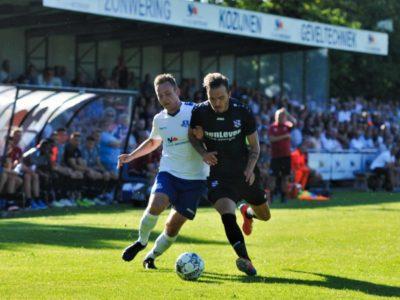 Rudmer Loonstra (links) in duel met centrale verdediger Vanja Drkusic van Heerenveen