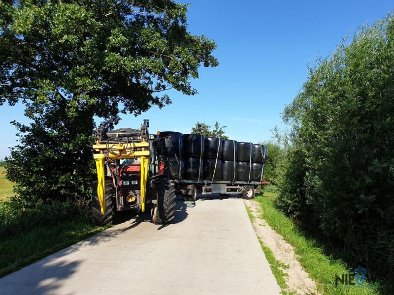 Trekker met hooibalen blokkeert weg bij Kollumerzwaag