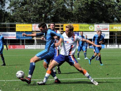 Danny Boersma (rechts) in duel met Burgum-spits Robert van der Laan, oud-keeper van Buitenpost