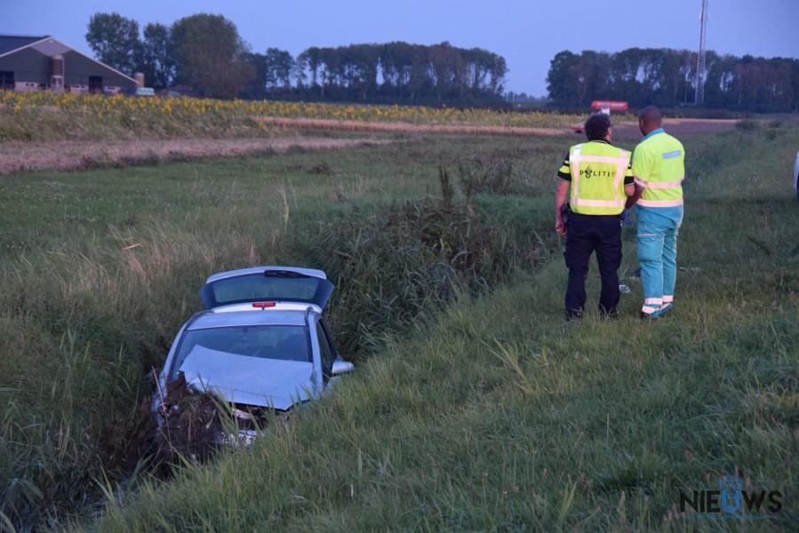 Auto met zes inzittenden in de sloot bij Engwierum