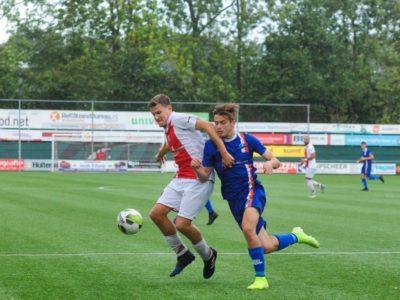 Rik Weening (rechts) probeert langs een tegenstander te glippen