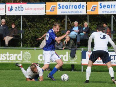 Rob Dijkstra worstelt zich richting goal