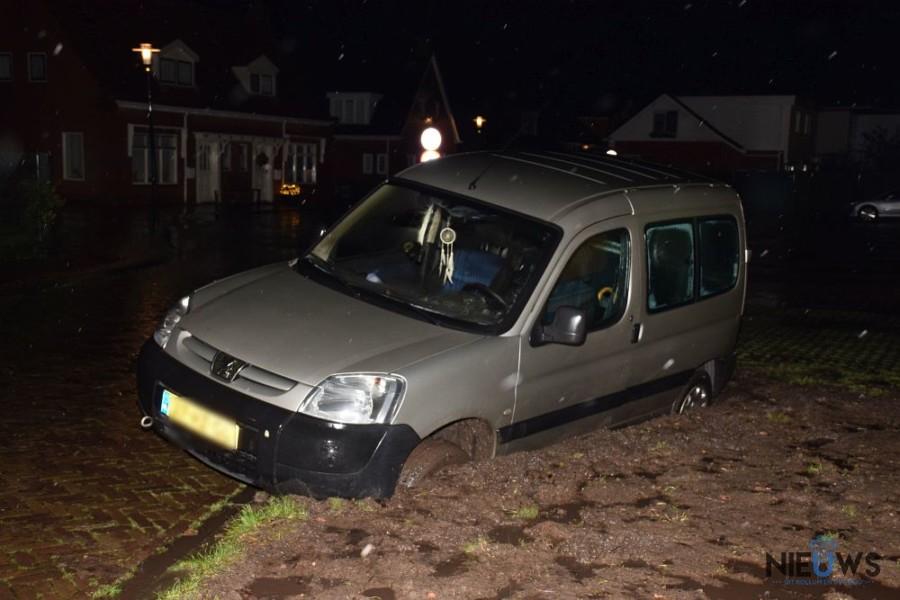 Auto rijdt zich vast in modder