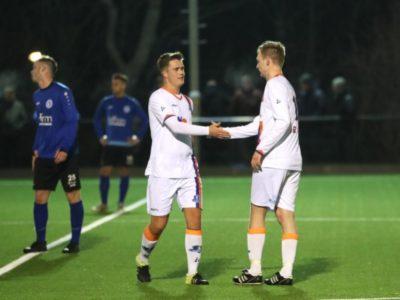 Rob Dijkstra (rechts) viert de overwinning met Joran Olijve