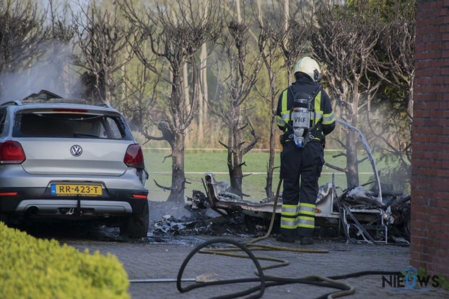 Photo of Auto en caravan gaan verloren bij brand in Twijzelerheide