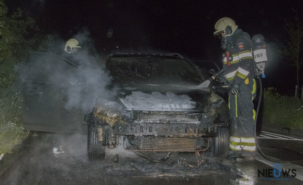 Photo of Auto vliegt in brand tijdens het rijden