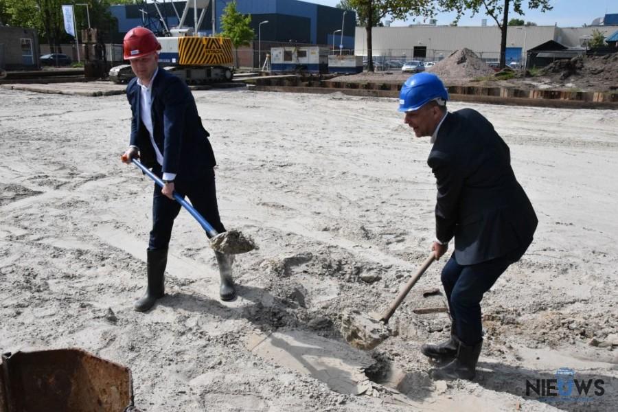 Photo of Eerste schop in de grond voor bouw nieuw zwembad Buitenpost