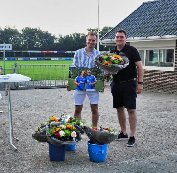 Rob Dijkstra krijgt bloemen van interim-voorzitter Rudi Stuursma. Foto Kiepie.nl