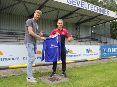 Wessel van der Galiën krijgt het Buitenpost-shirt overhandigd van Jasper Bouma, foto Paul Loonstra
