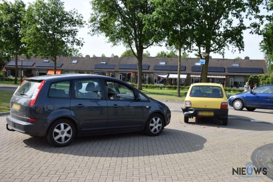 Photo of Twee auto's in botsing op kruising Tjerk Hiddesstraat Kollum