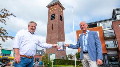 Photo of Wethouder Bruining ontvangt eerste exemplaar bidbook Surhuisterveen