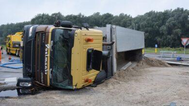 Photo of Vrachtwagen met zand gekanteld in Kollum