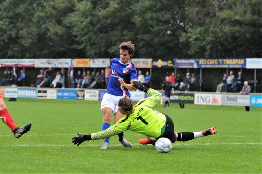 Willem de Boer maakt het eerste doelpunt voor de Blauwkes